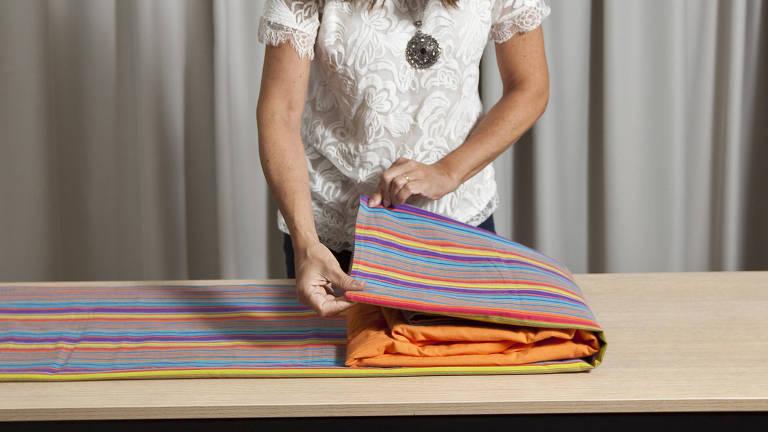 Dobrar corretamente o lençol de elástico ajuda na organização do armário.