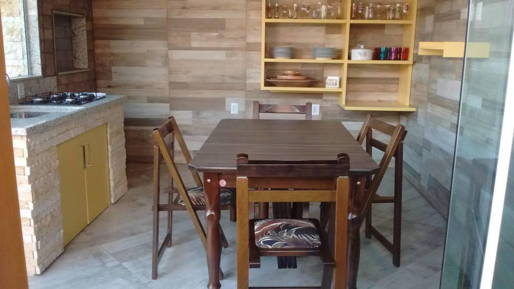 Além das mesas, as cadeiras também são práticas e dobráveis.