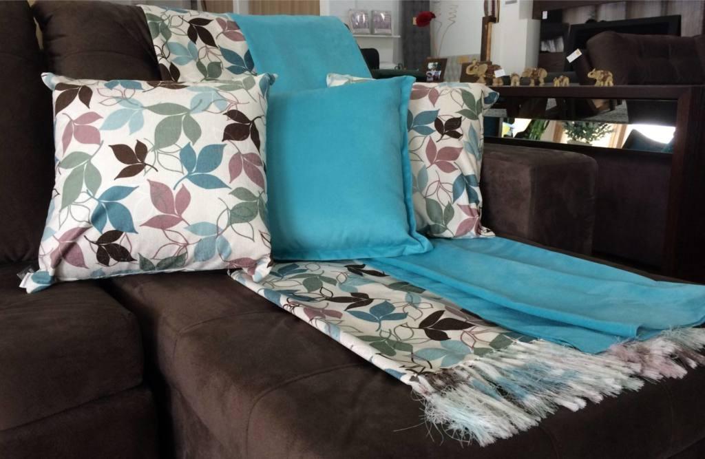 A Aconchego Estofados tem uma variedade de mantas e almofadas para compor a decoração do seu sofá