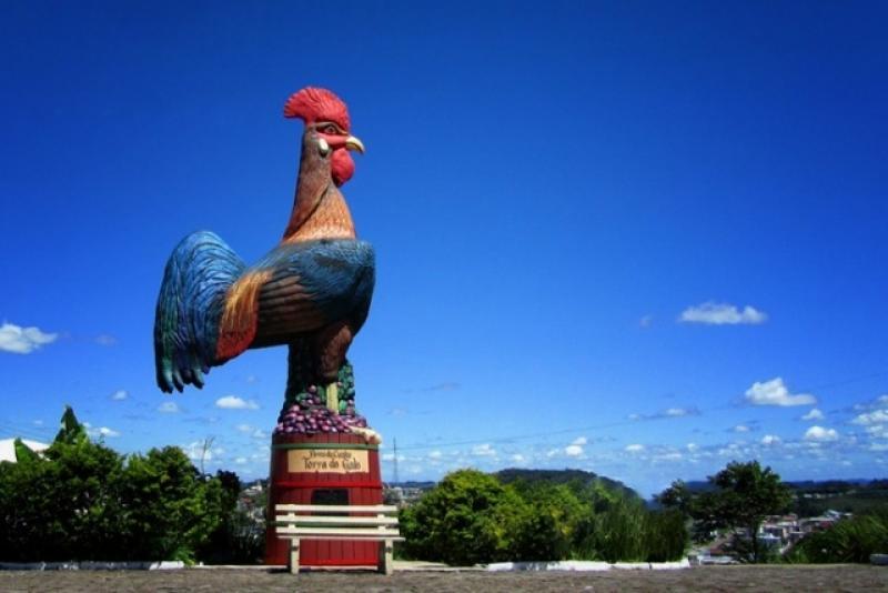 O Monumento do Galo é um dos pontos mais conhecidos de Flores da Cunha